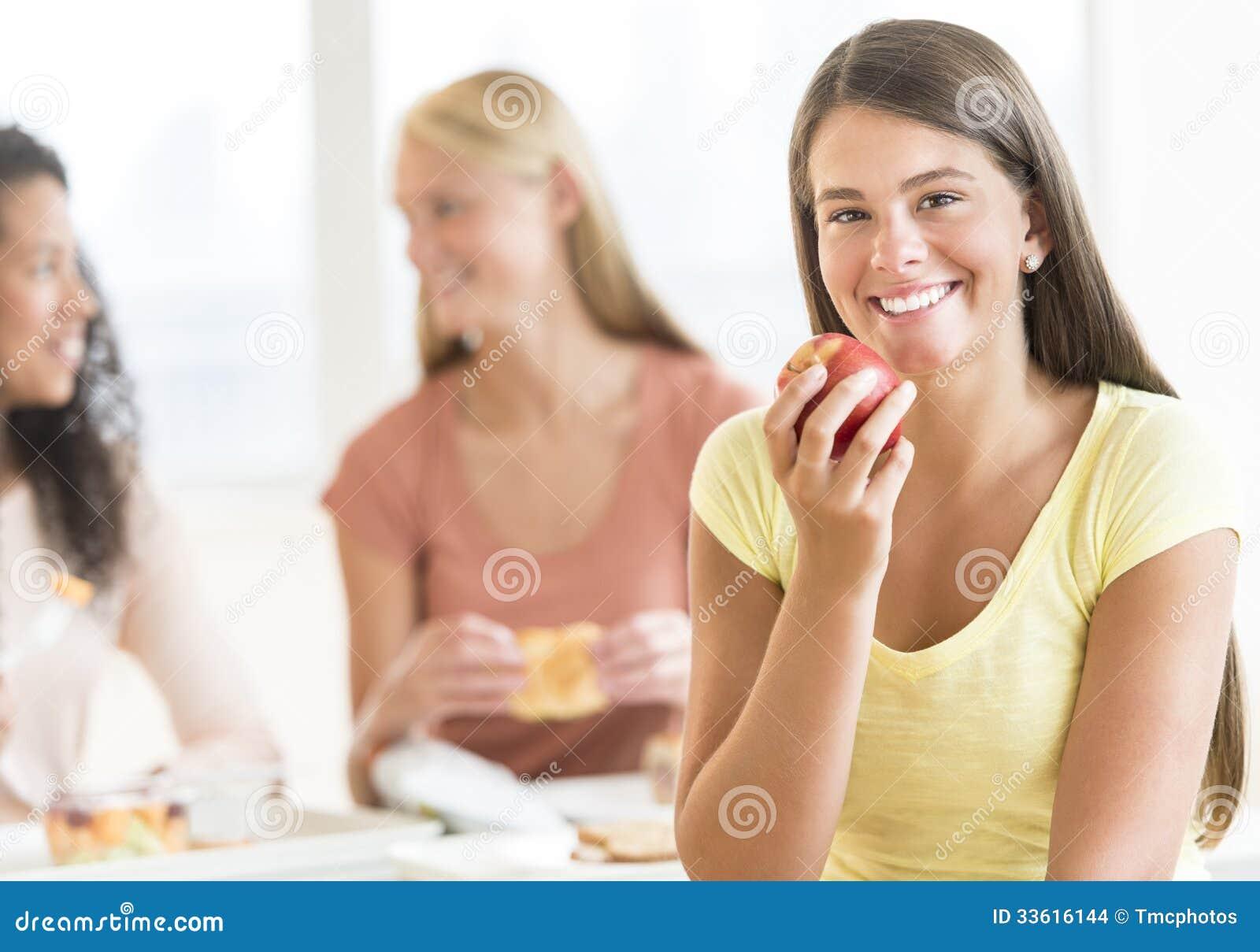 Cantina de universidad adolescente de Eating Apple In del estudiante