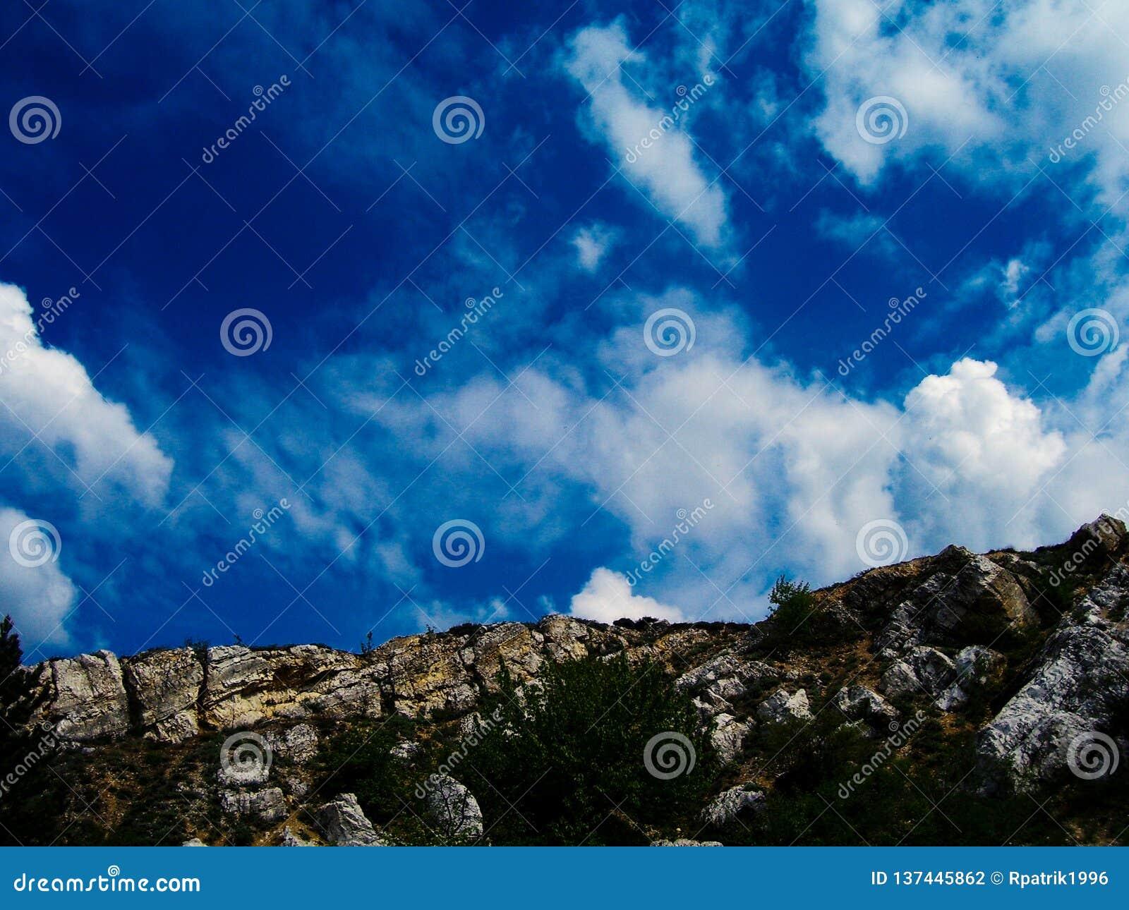 Canto de la montaña con un cielo escénico