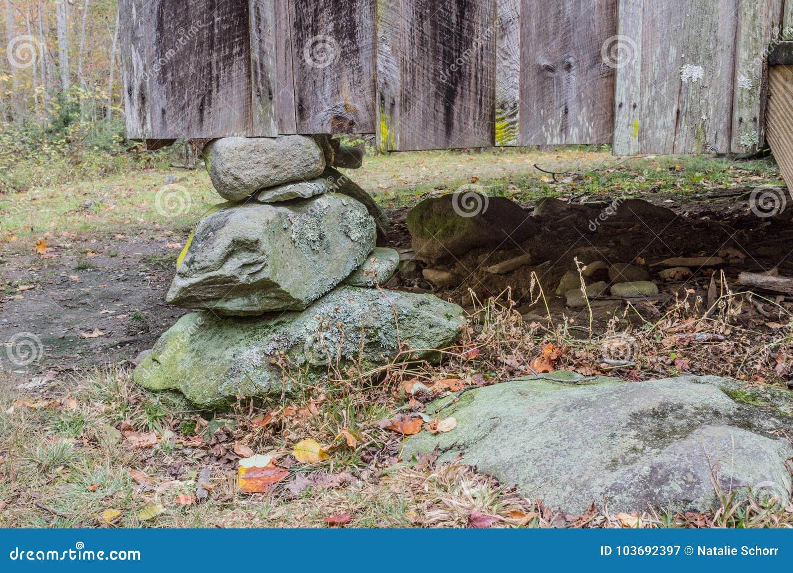 Canto de uma casa apalaches rústica em um cais de pedra empilhado da fundação