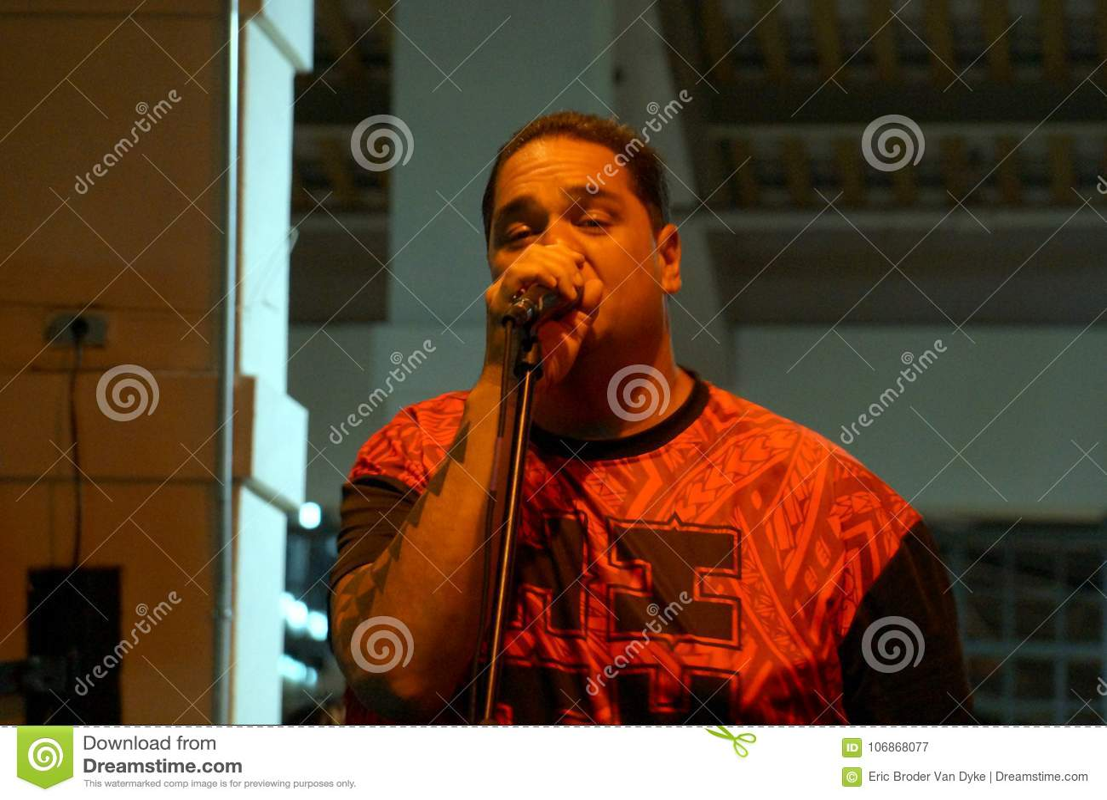 Canto della solista di Peni Dean nel mic in scena a Mai Tai Bar