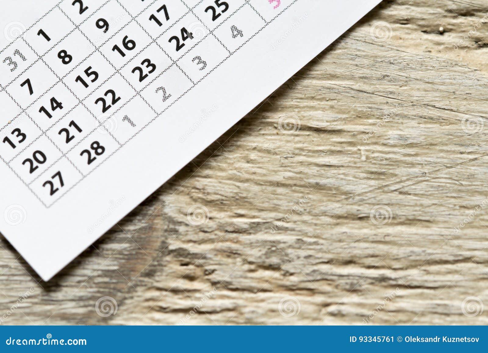 Canto do calendário no fundo de madeira