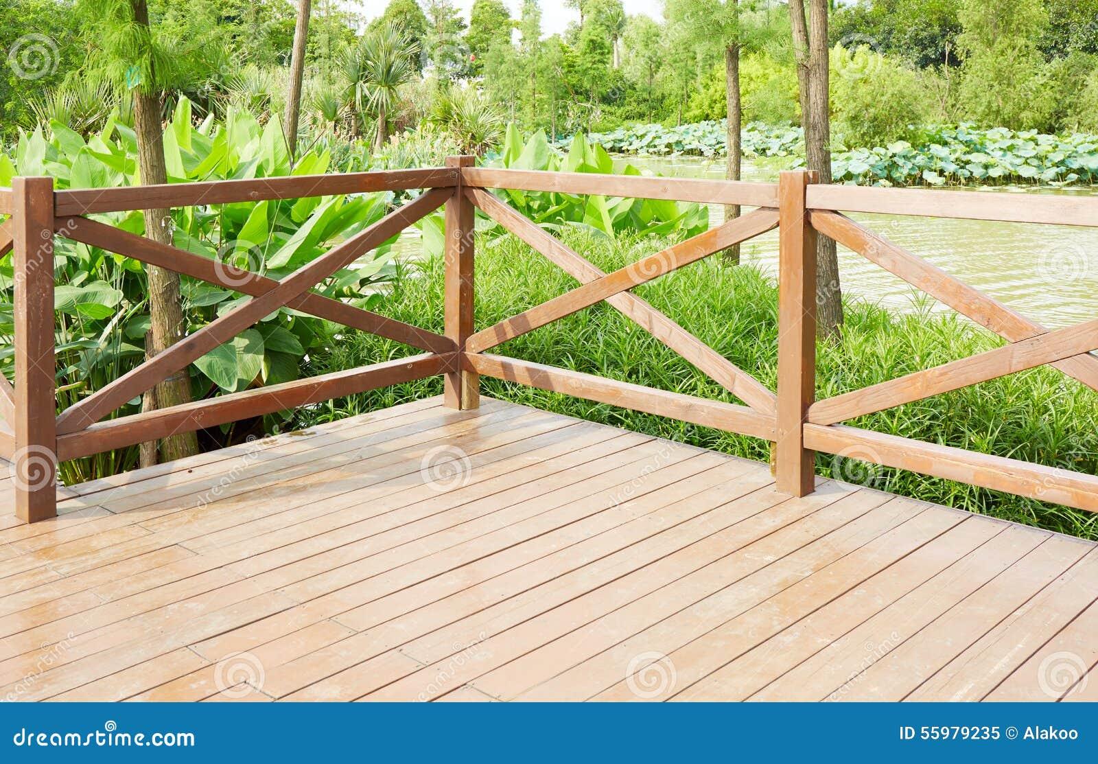 Canto do terraço de madeira pelo beira-rio