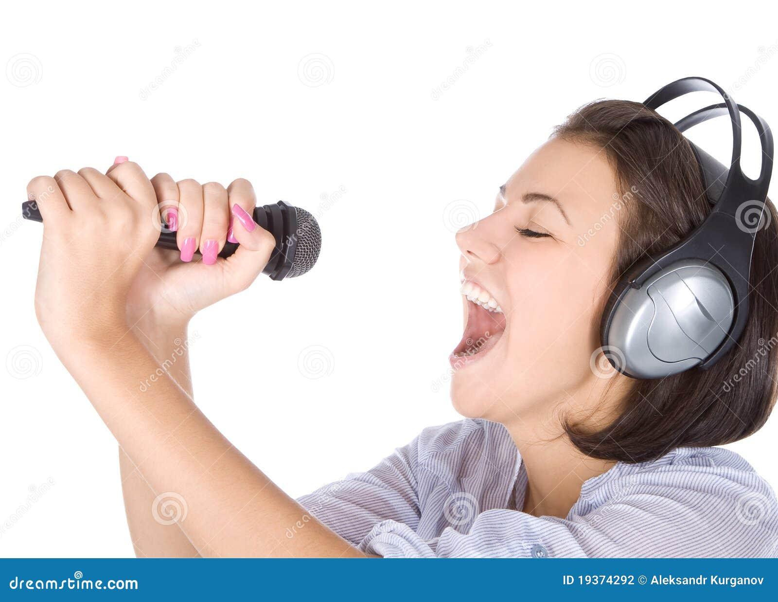 Canto fêmea caucasiano no microfone.