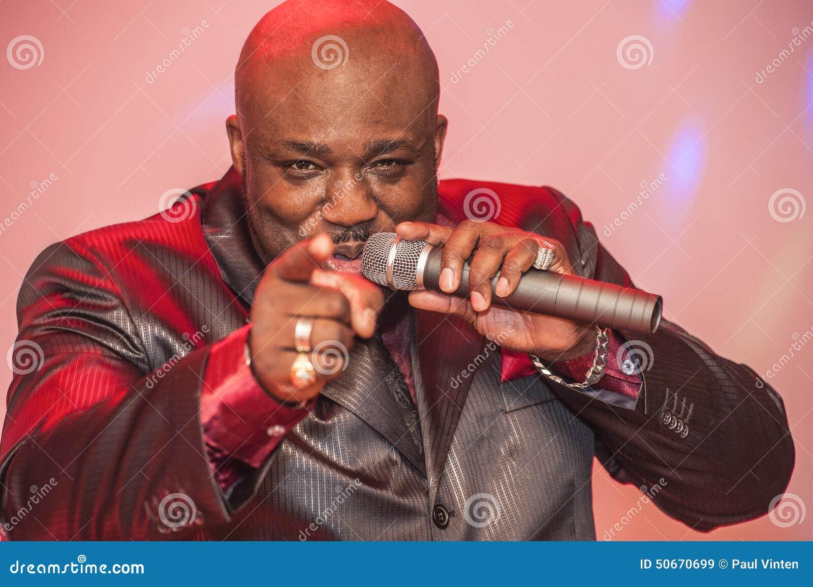 Canto masculino del africano negro vivo
