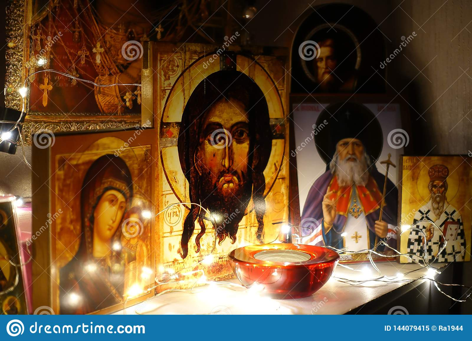 Canto para a oração Igreja tradicional da casa do russo Oração ao deus Ícones iluminados por uma festão Jesus Christ Ancient orto