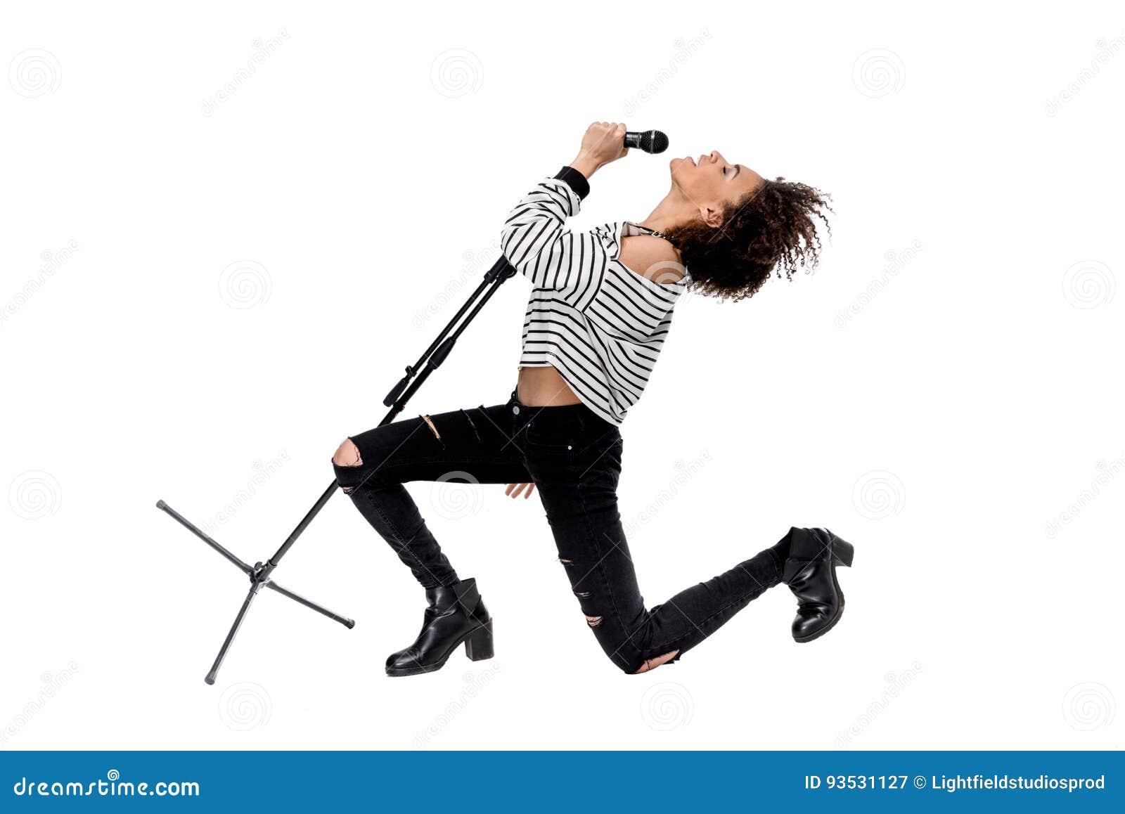 Cantor emocional novo bonito do metal pesado com canto do microfone