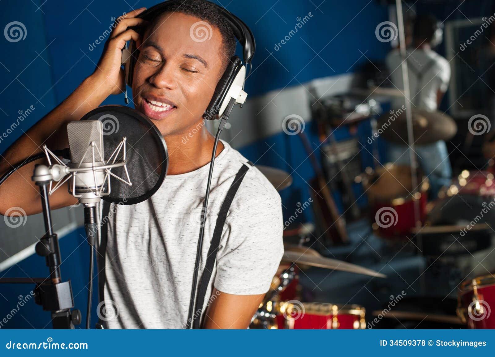 Cantor que grava uma trilha no estúdio