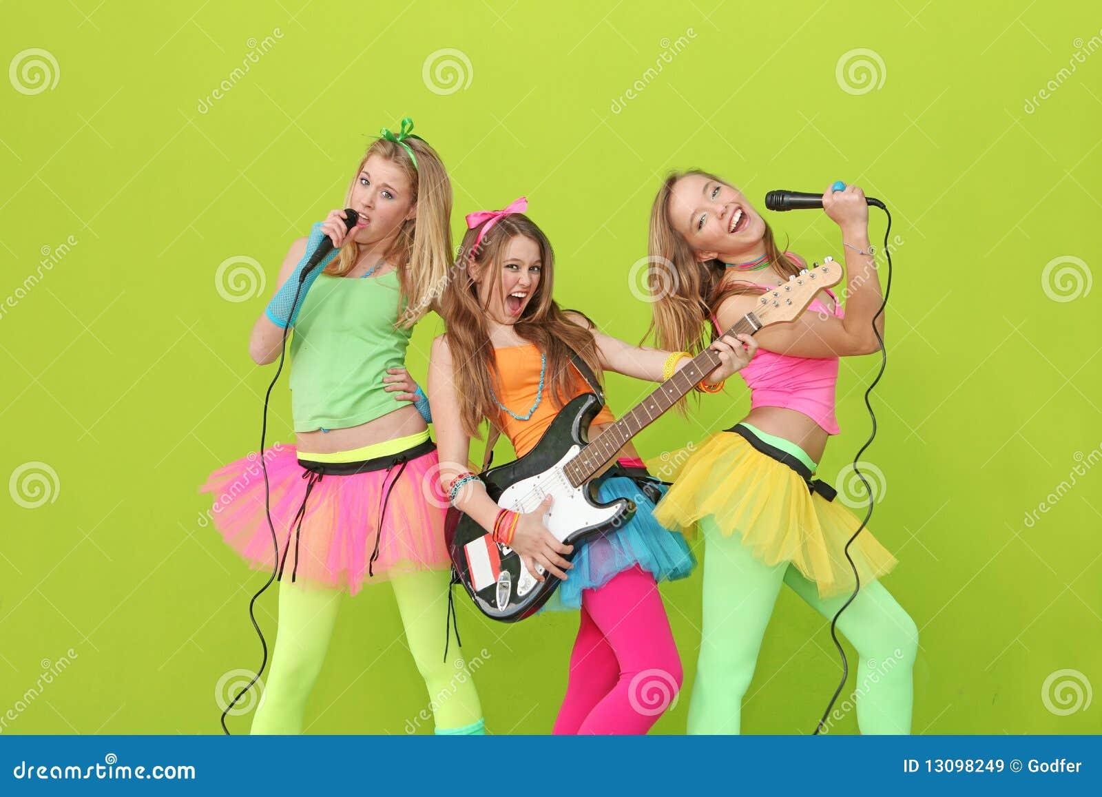 Cantores adolescentes do karaoke com guitarra e micro