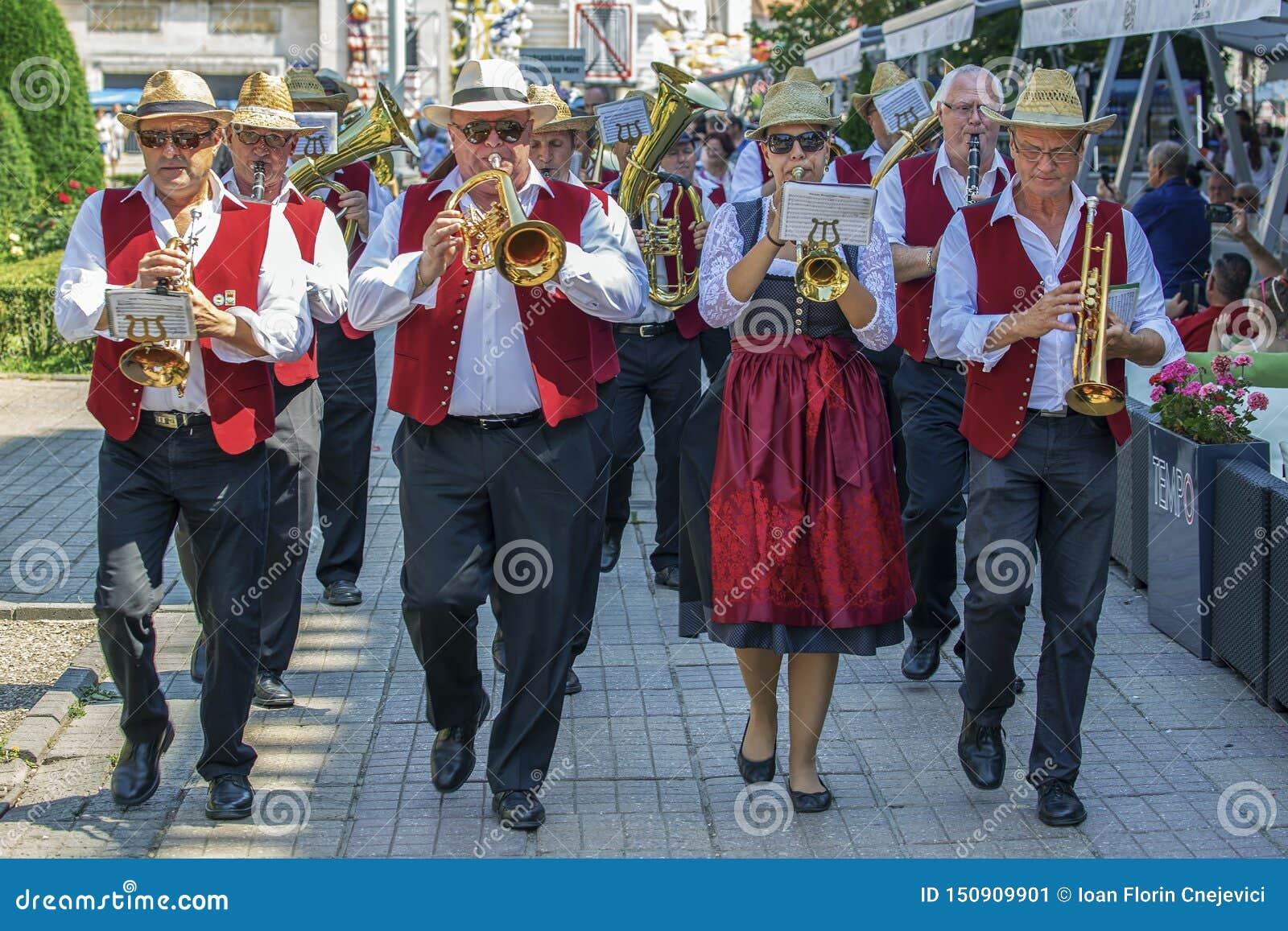 Cantores da fanfarra, alemães étnicos, jogando em instrumentos musicais