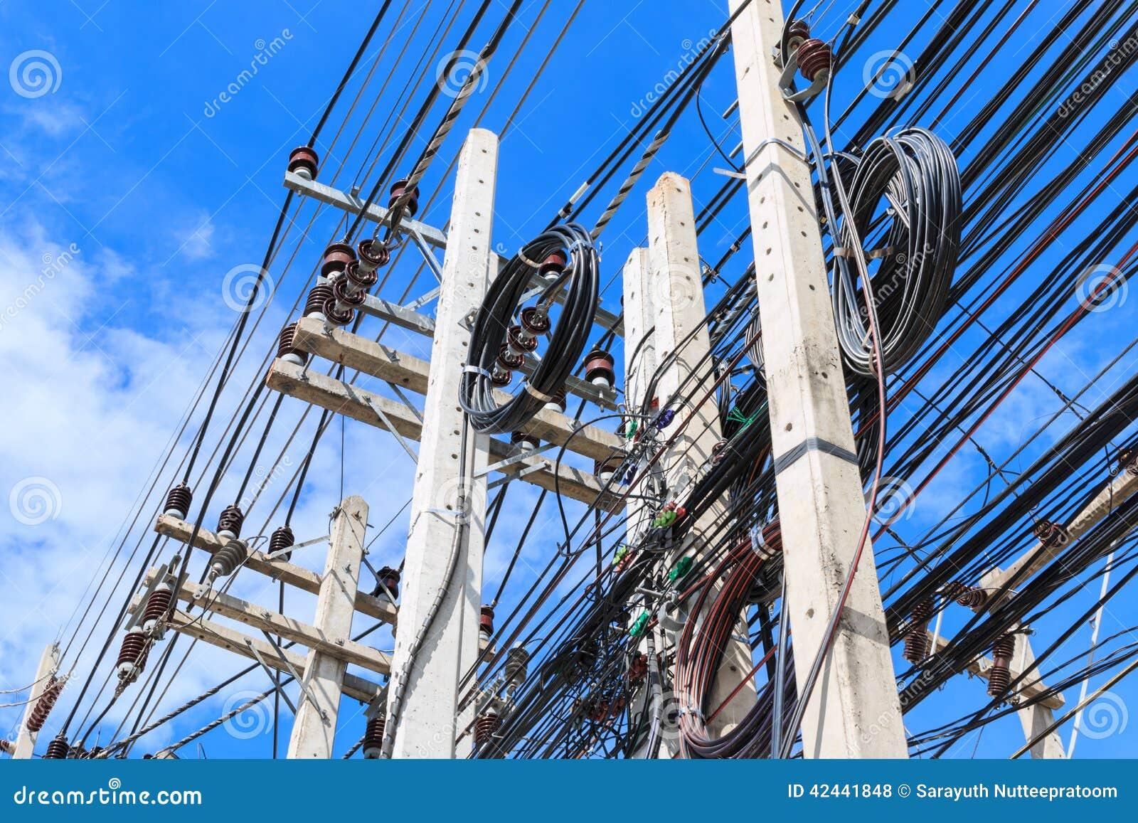Caos de cables y de alambres en Pattaya
