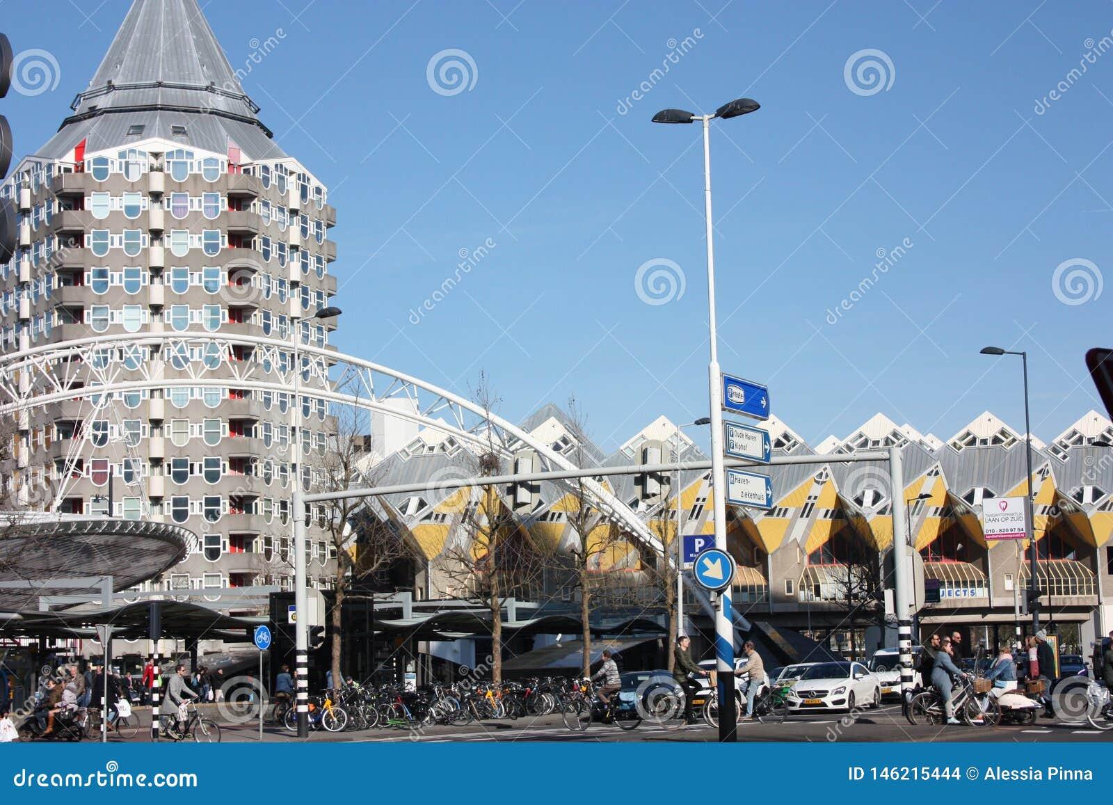 Caos di?rio da cidade na esta??o h?tica e moderna da metr?pole de Rotterdam As casas c?bicas amarelas s?o a decora??o do