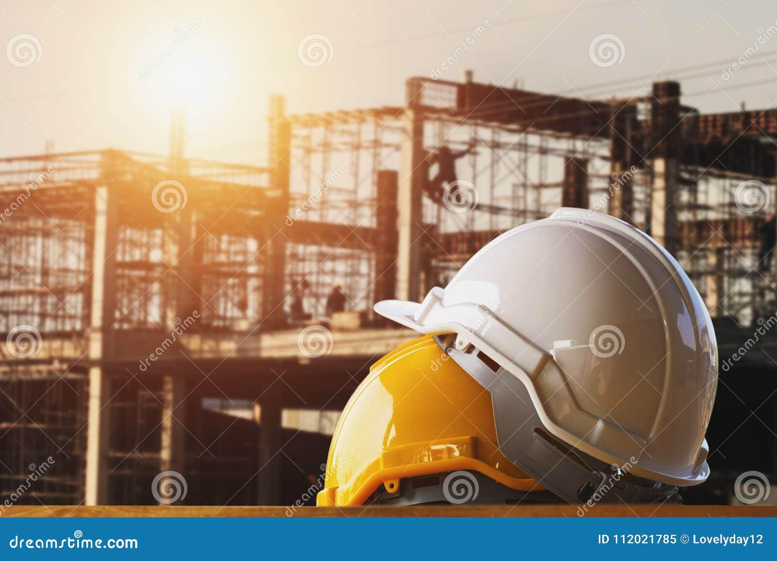 Capacete de segurança branco e amarelo no canteiro de obras