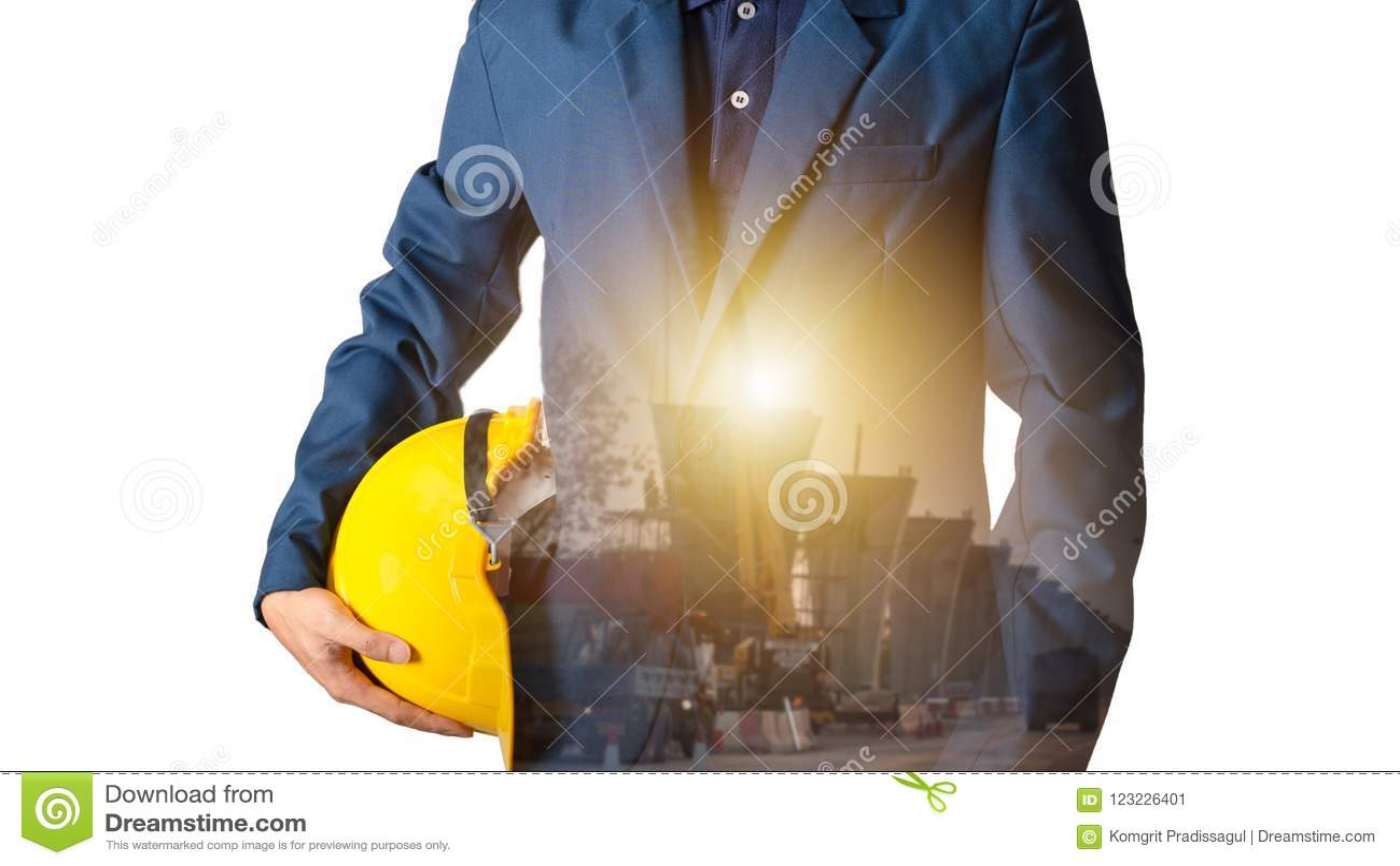 Capacete do amarelo da posse do coordenador ou do trabalhador para a segurança dos trabalhadores