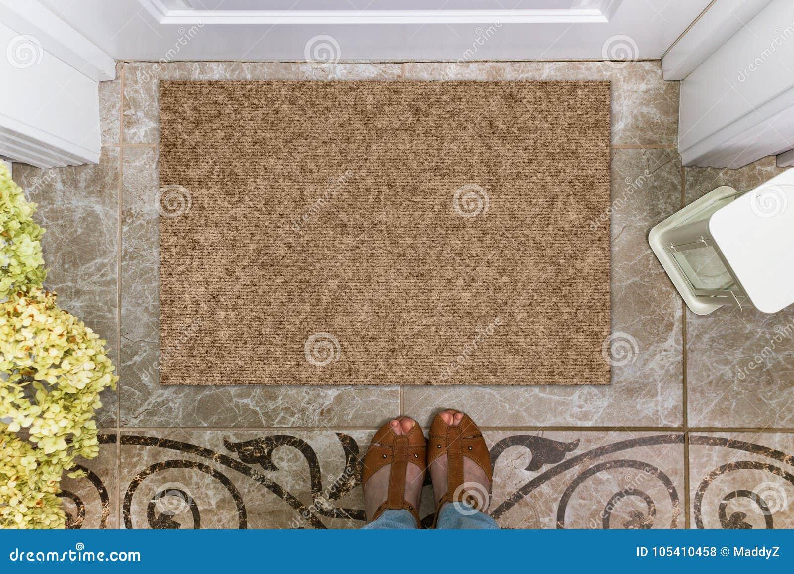 Capacho vazio antes da porta no salão Esteira no assoalho, em flores e em sapatas cerâmicos Casa bem-vinda, modelo do produto