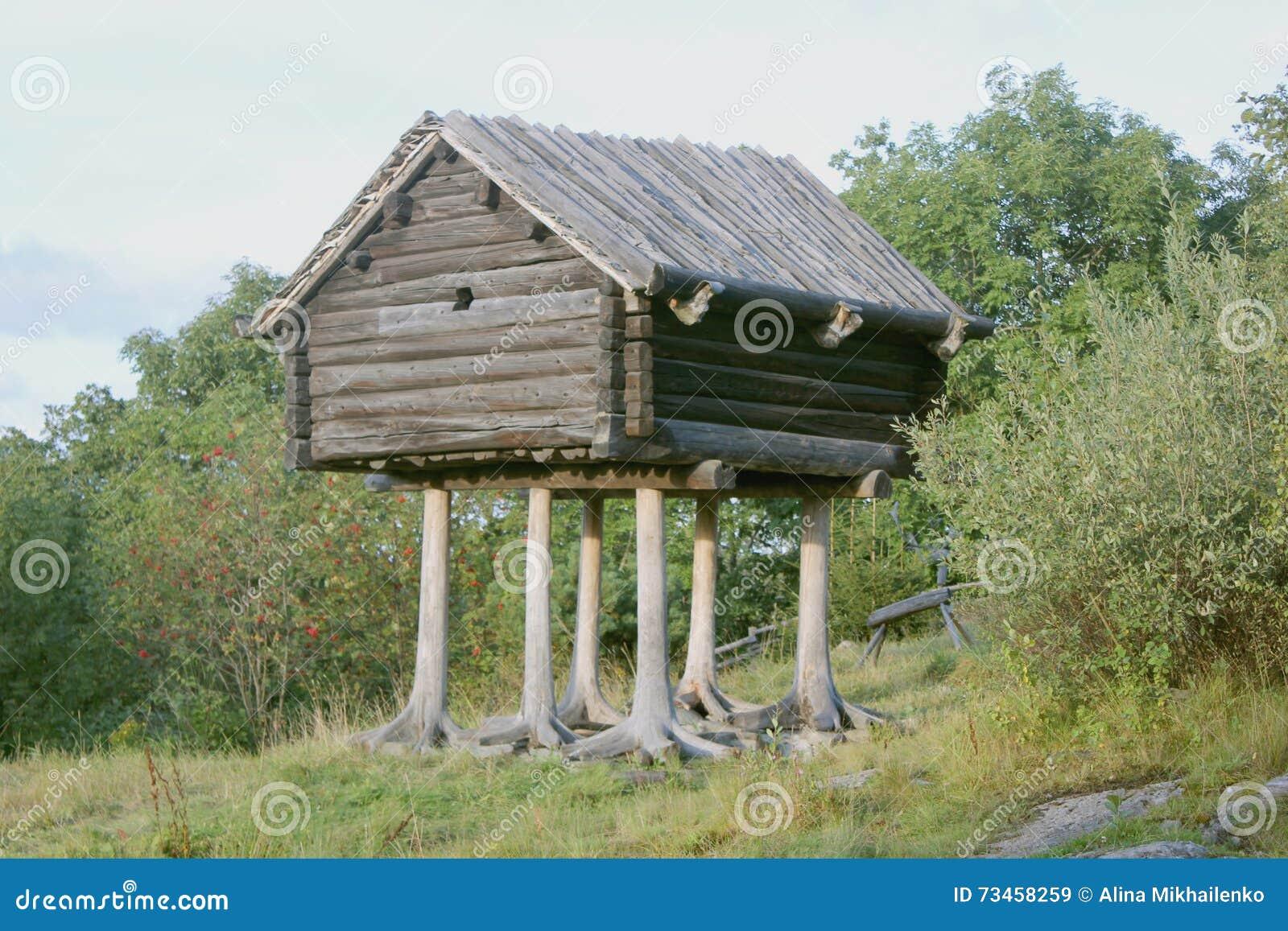 Capanna di legno sulle gambe immagine stock immagine di for Gambe di legno