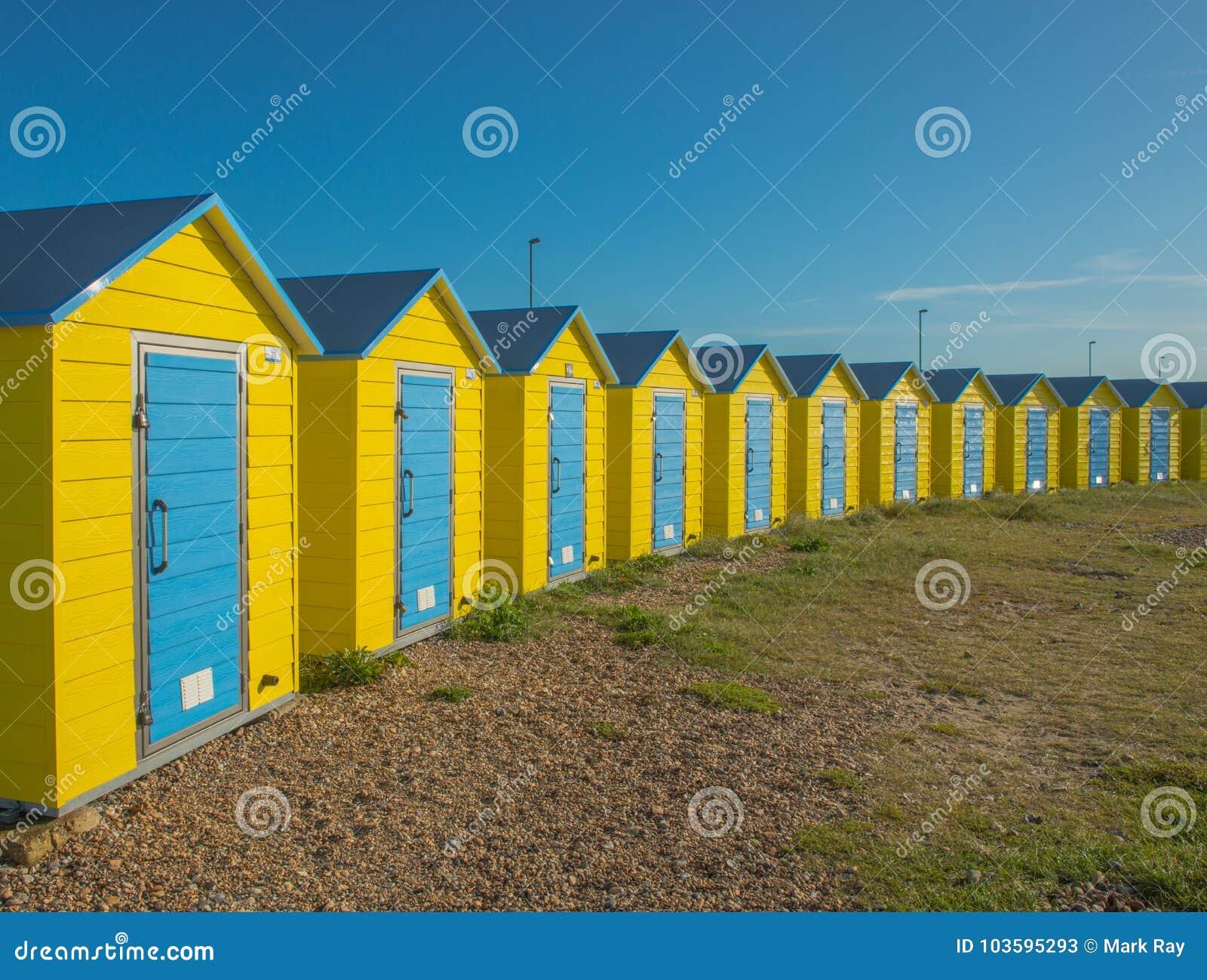 Capanne Colourful della spiaggia in Littlehampton Il Regno Unito