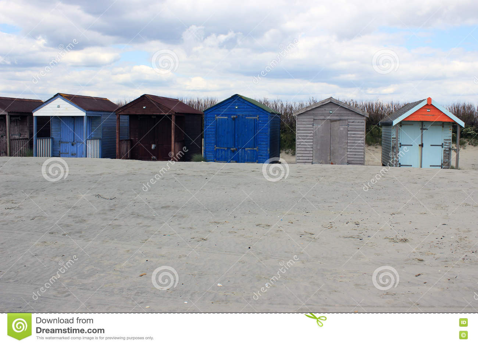 Capanne colourful della spiaggia su una spiaggia inglese - Soleggiato in inglese ...