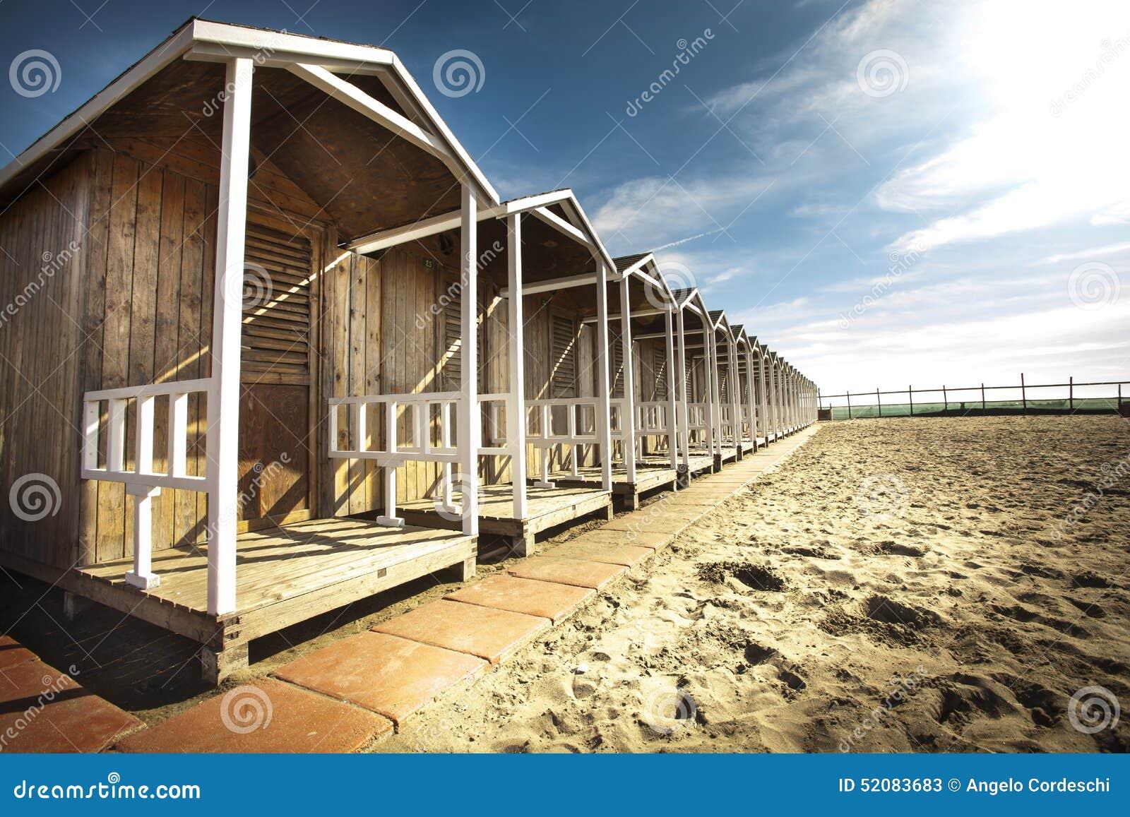 Capanne di legno sulla spiaggia cielo blu con poche nuvole hdr