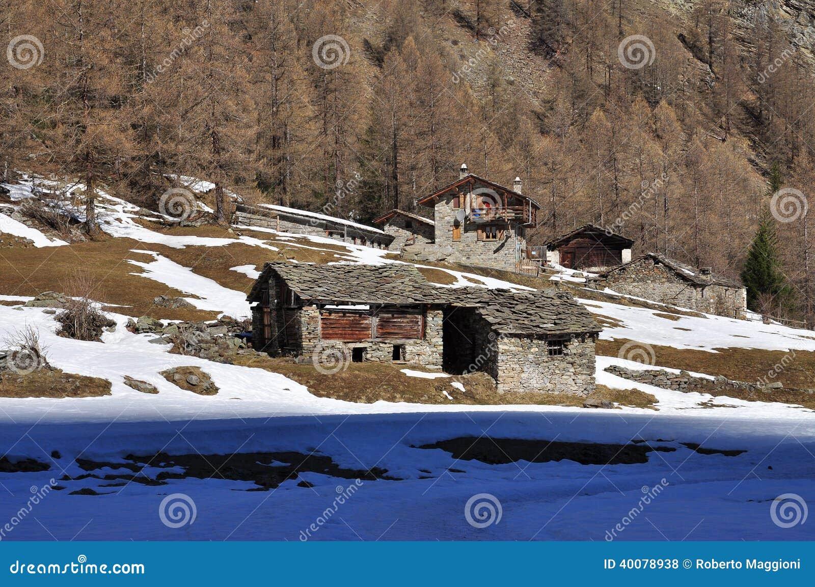 Capanne tradizionali della montagna alpi italiane la for Case tradizionali italiane