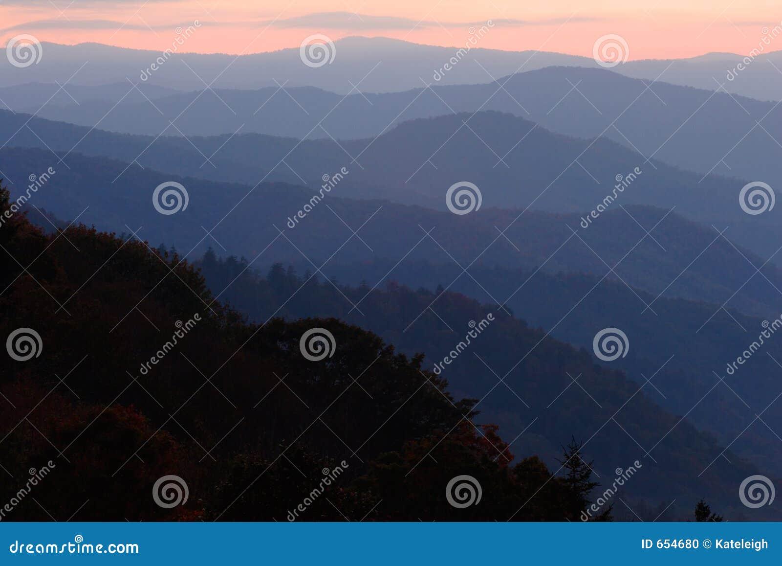 Capas en colores pastel de la montaña