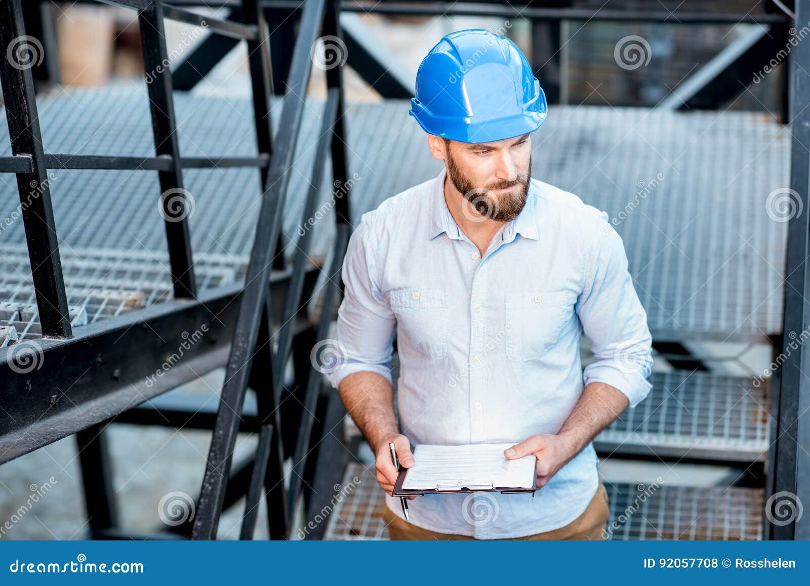 Capataz en las escaleras de la estructura
