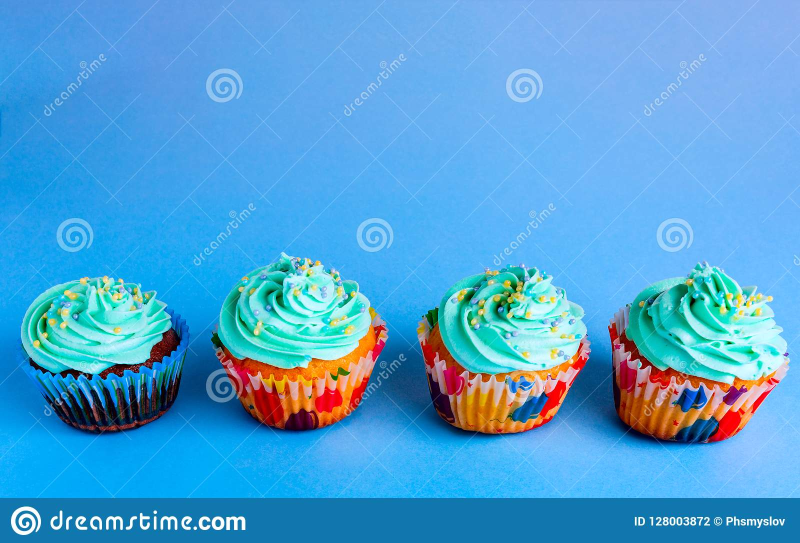 Capcake op een blauwe achtergrond, exemplaarruimte