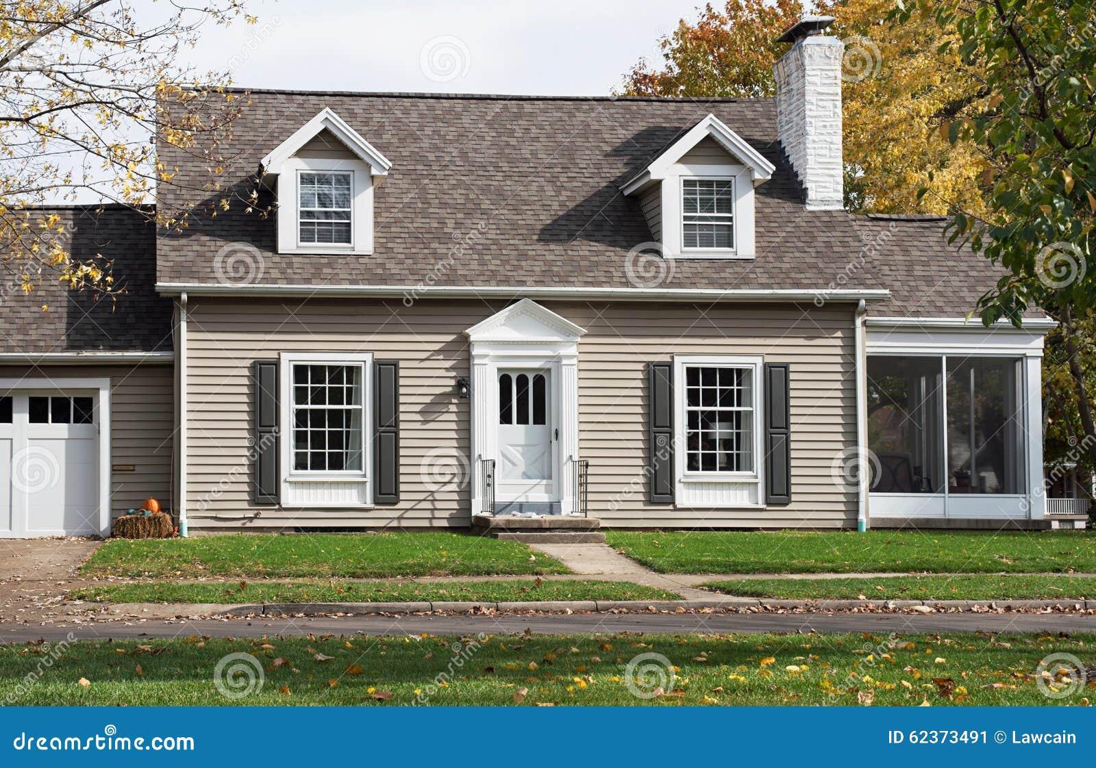 Cape Cod Huis Met Onder Zoeken In Portiek Stock Afbeelding
