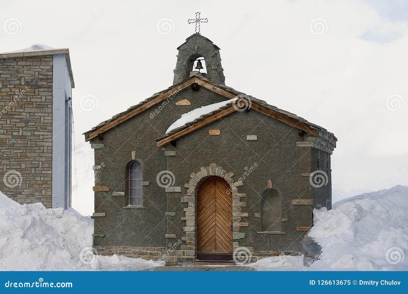 Capela de pedra na estação superior de Gornergratbahn no inverno em Zermatt, Suíça Foto de Stock Royalty Free