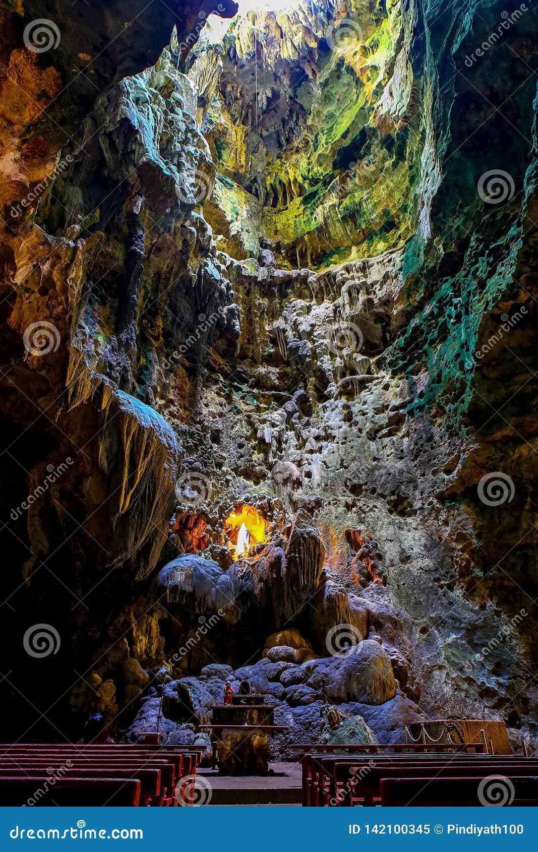 Capela na câmara um de cavernas do callao, penablanca, cagayan, Filipinas