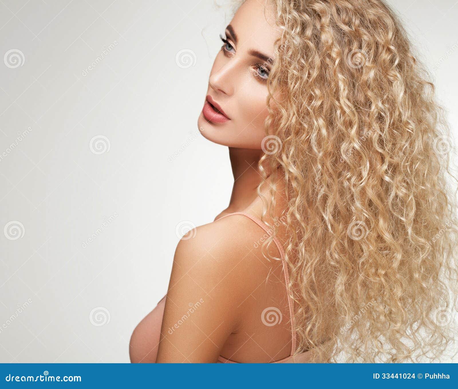 Capelli Biondi. Bella Donna Con Capelli Lunghi Ricci. Fotografia ... 79abf7bb0aa