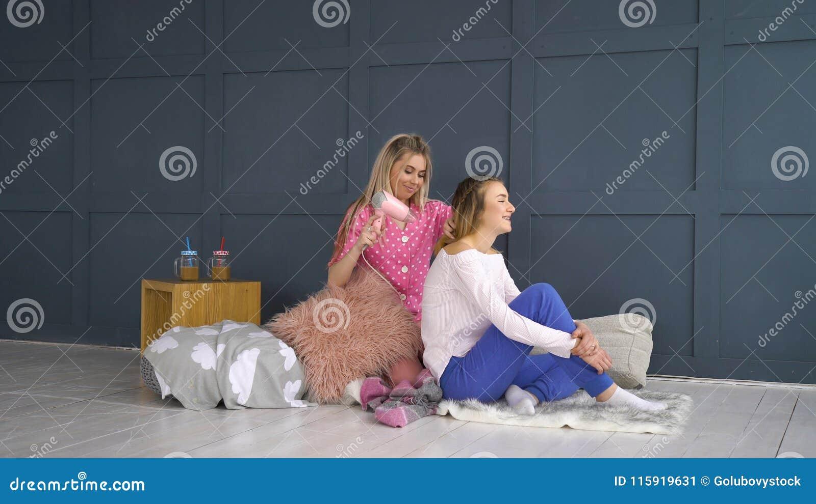 Capelli delle ragazze del bff di svago di amicizia che disegnano bellezza