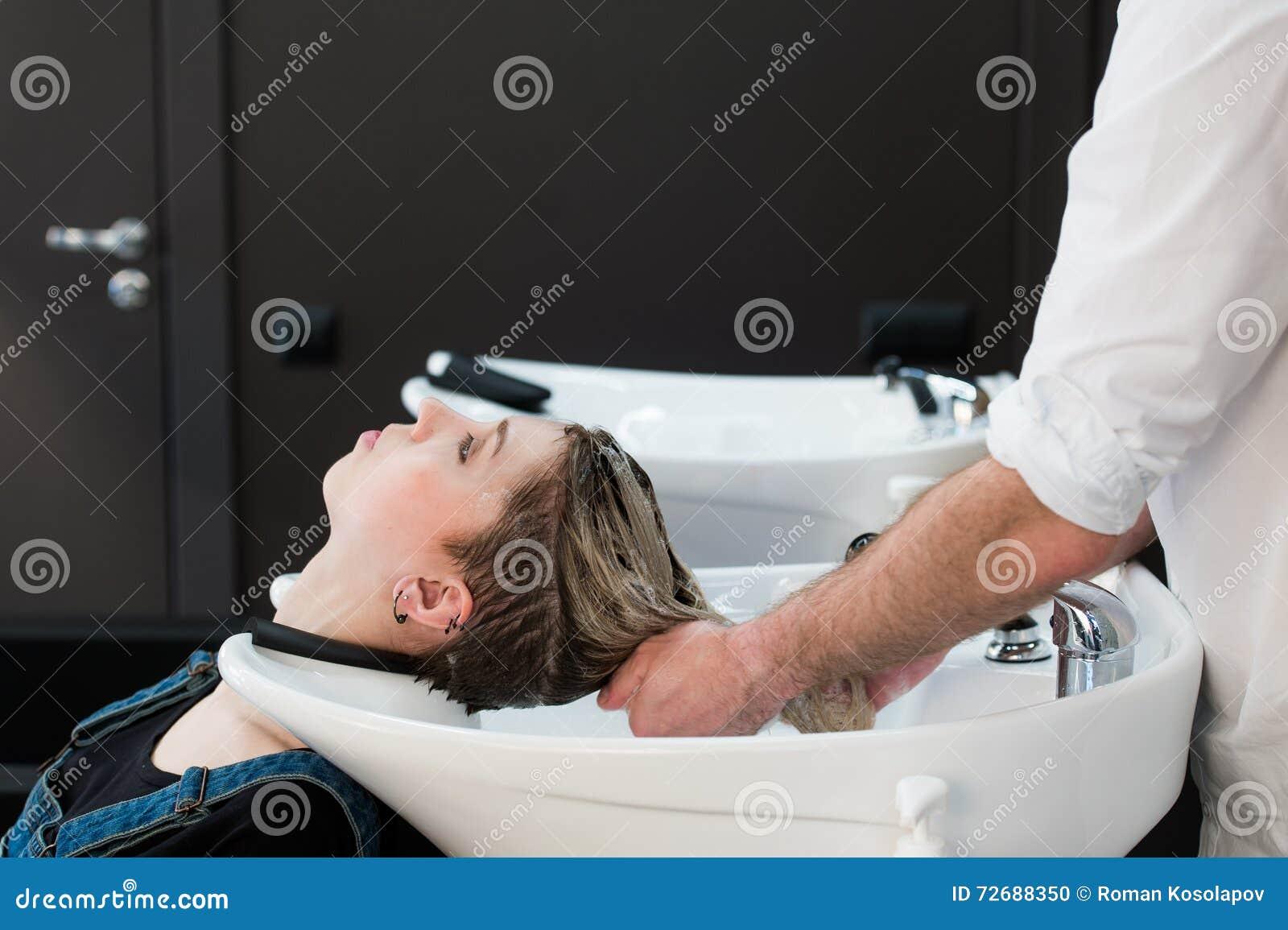 ragazze adolescenti che giocano con i rubinetti