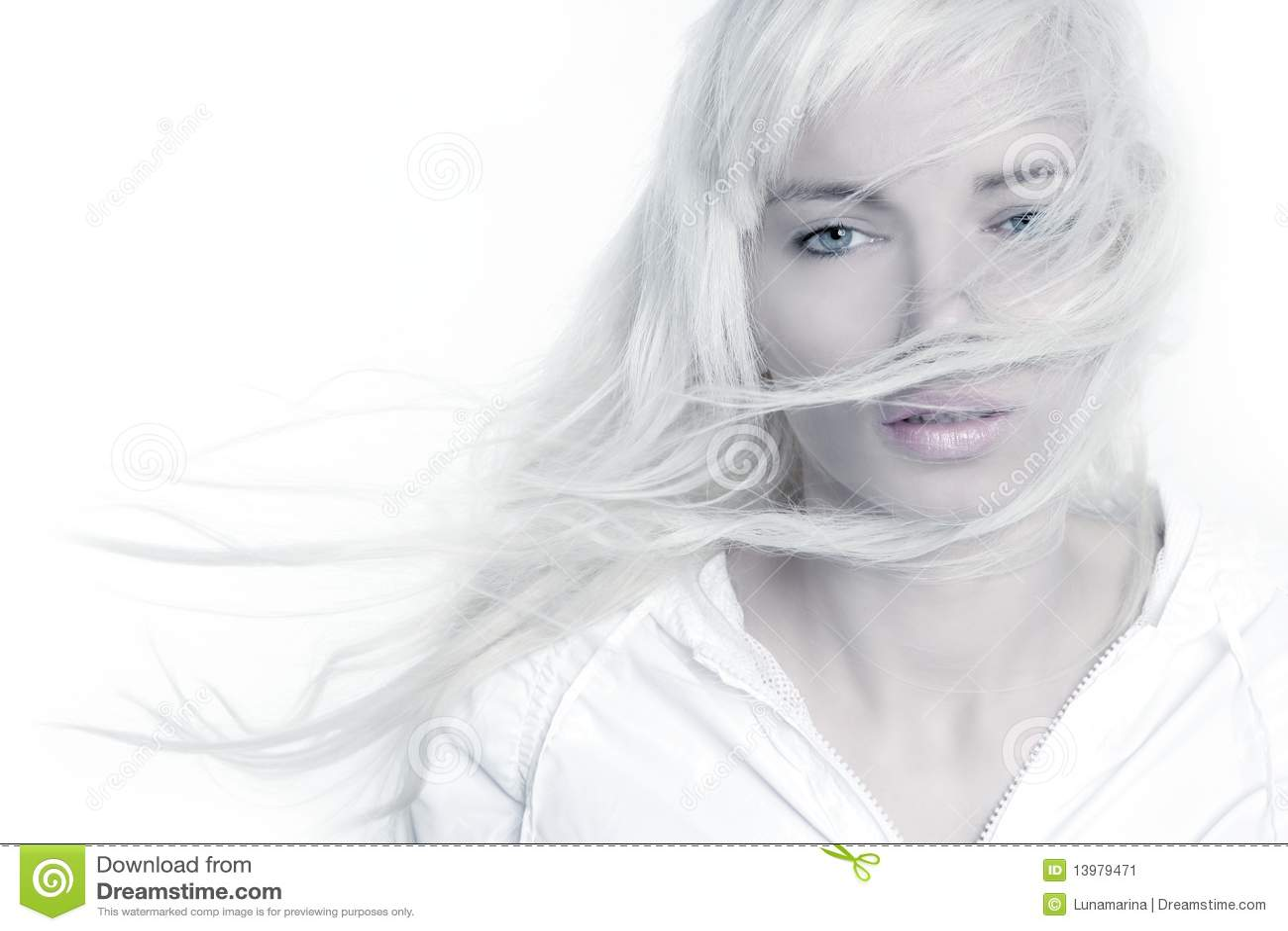 Capelli lunghi del bello della ragazza vento biondo di modo