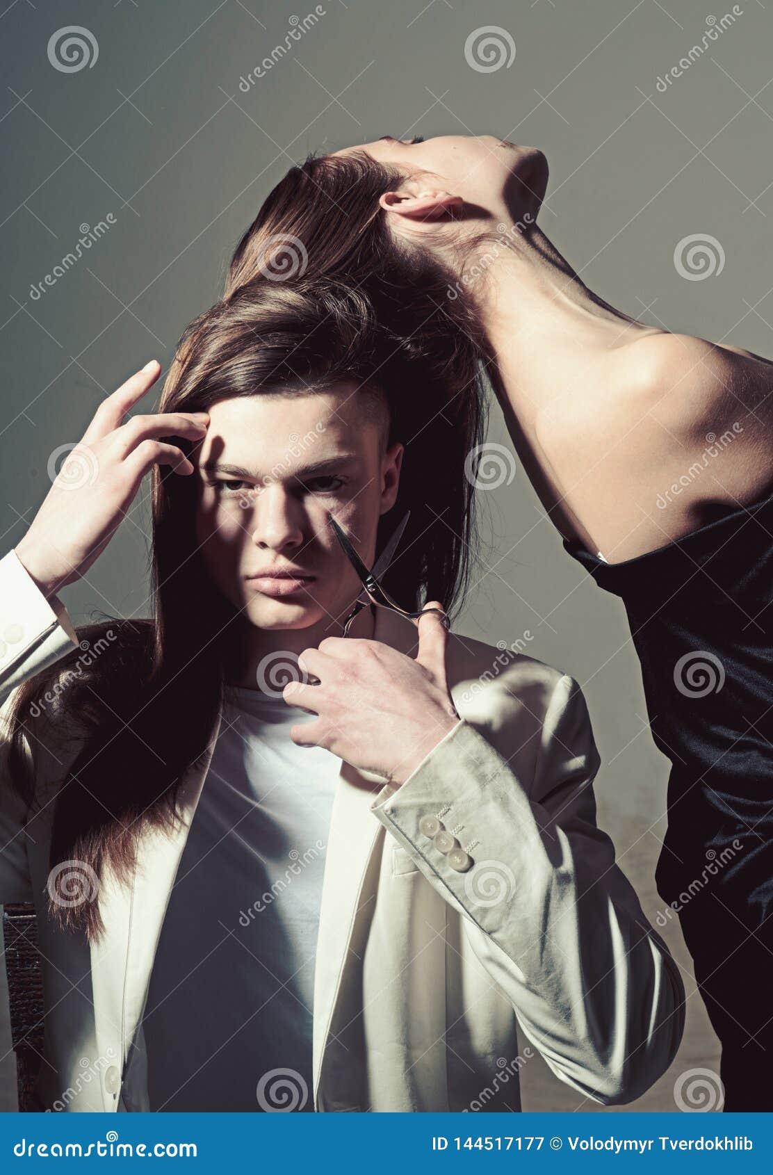 Capelli tagliati dall uomo con le forbici Bellezza e modo Relazioni di amicizia Legami di famiglia Stile di capelli e skincare uo