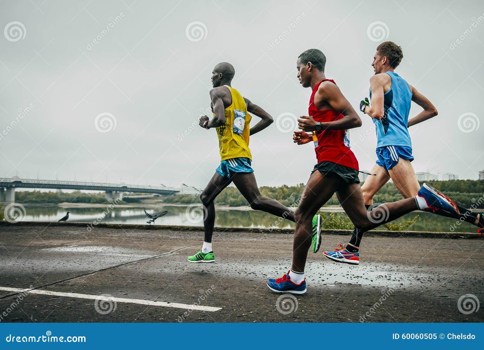 Capi del funzionamento maratona lungo l argine del fiume Irtysh