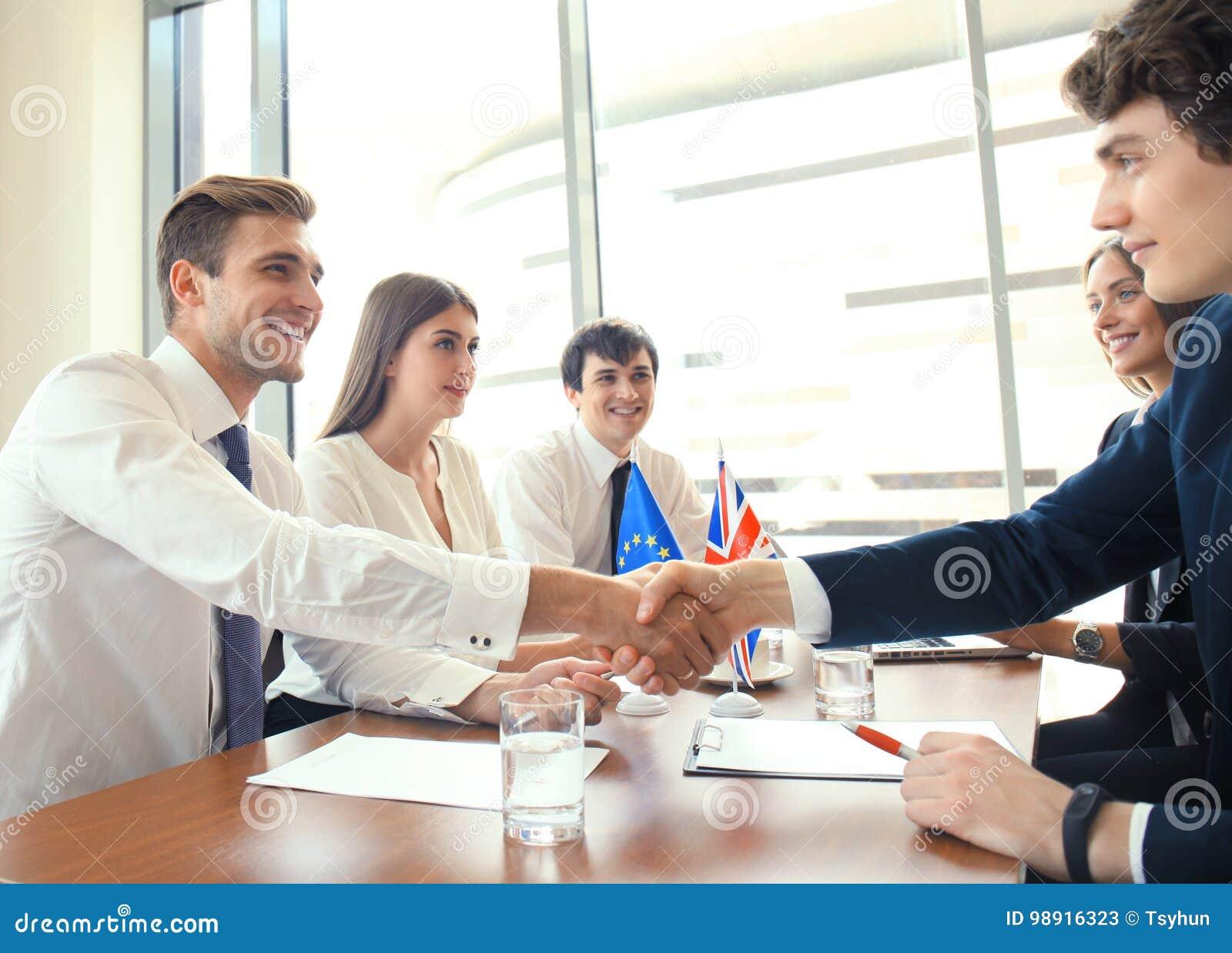 Capi del Regno Unito e dell Unione Europea che stringono le mani su un accordo di affare