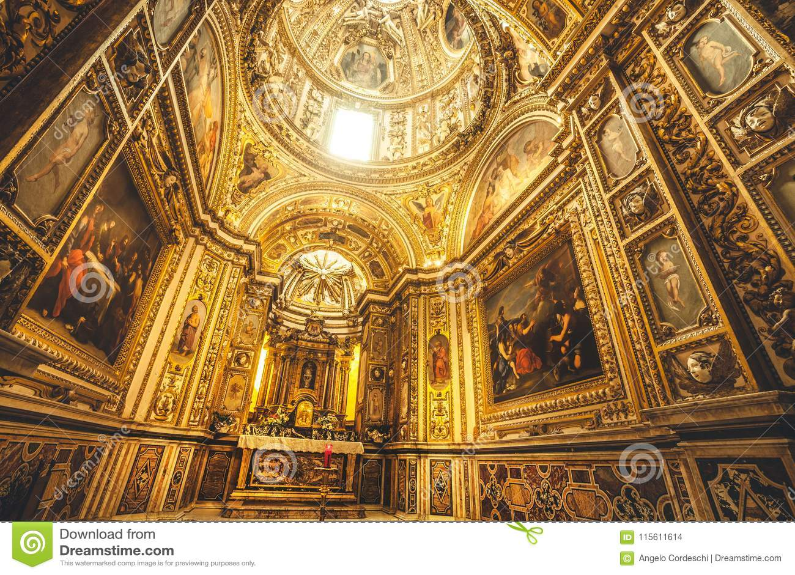 Capilla del sacramento dentro de la catedral de Santa Maria Assunta en el centro histórico de Rieti en Italia