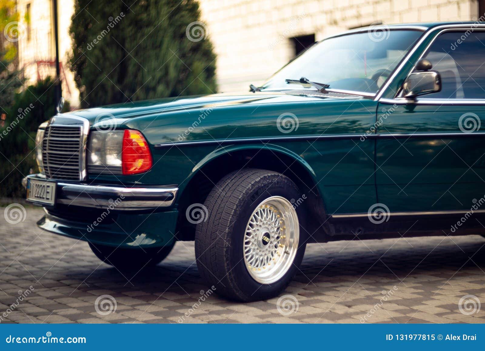 Capilla verde de Mercedes-Benz del viejo vintage raro, ruedas, puerta, parabrisas, espejo, insignia, vidrios, linternas, parrilla