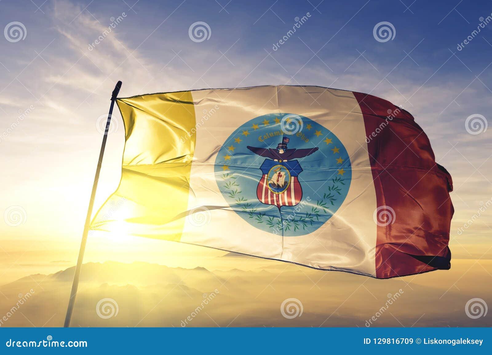 Capitale de ville de Columbus de l Ohio du tissu de tissu de textile de drapeau des Etats-Unis ondulant sur le brouillard supérie