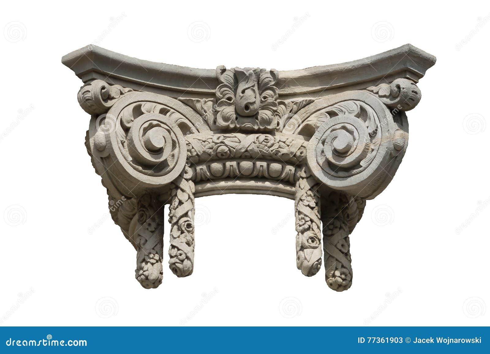 Capitale di colonna ionico decorativo isolato