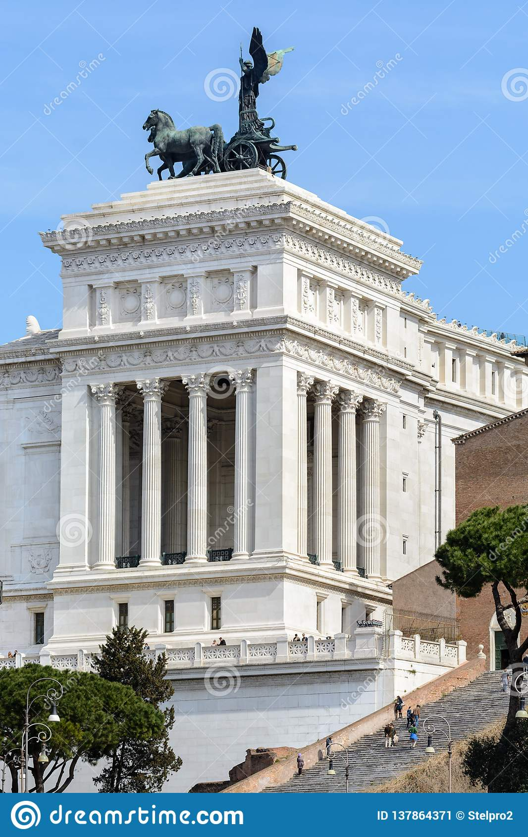 Capitol Hill I den centrala delen av Vittoriano det minnes- komplexet finns det en rid- staty för brons av Victor Emmanuel II 12