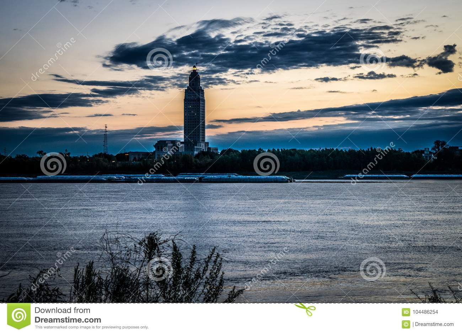 Capitolio del estado de Luisiana en la salida del sol