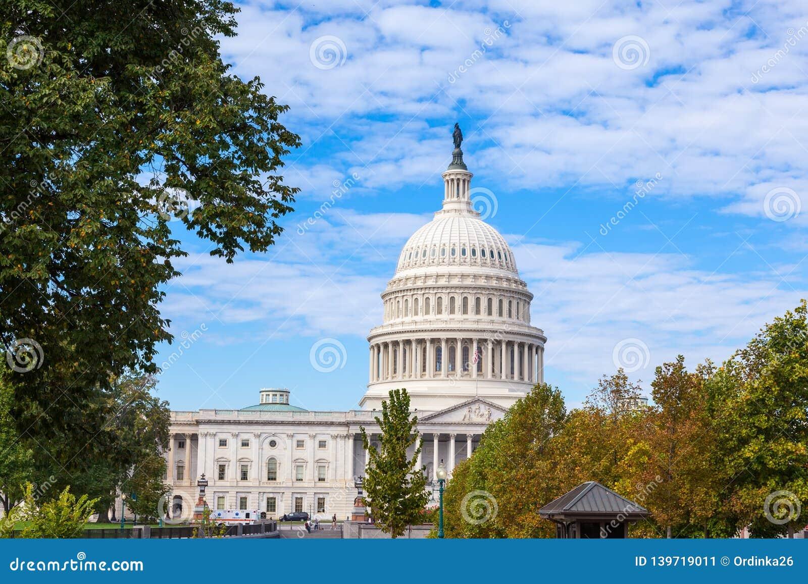 Capitolio los E.E.U.U. que construye en el día Washington DC, los E