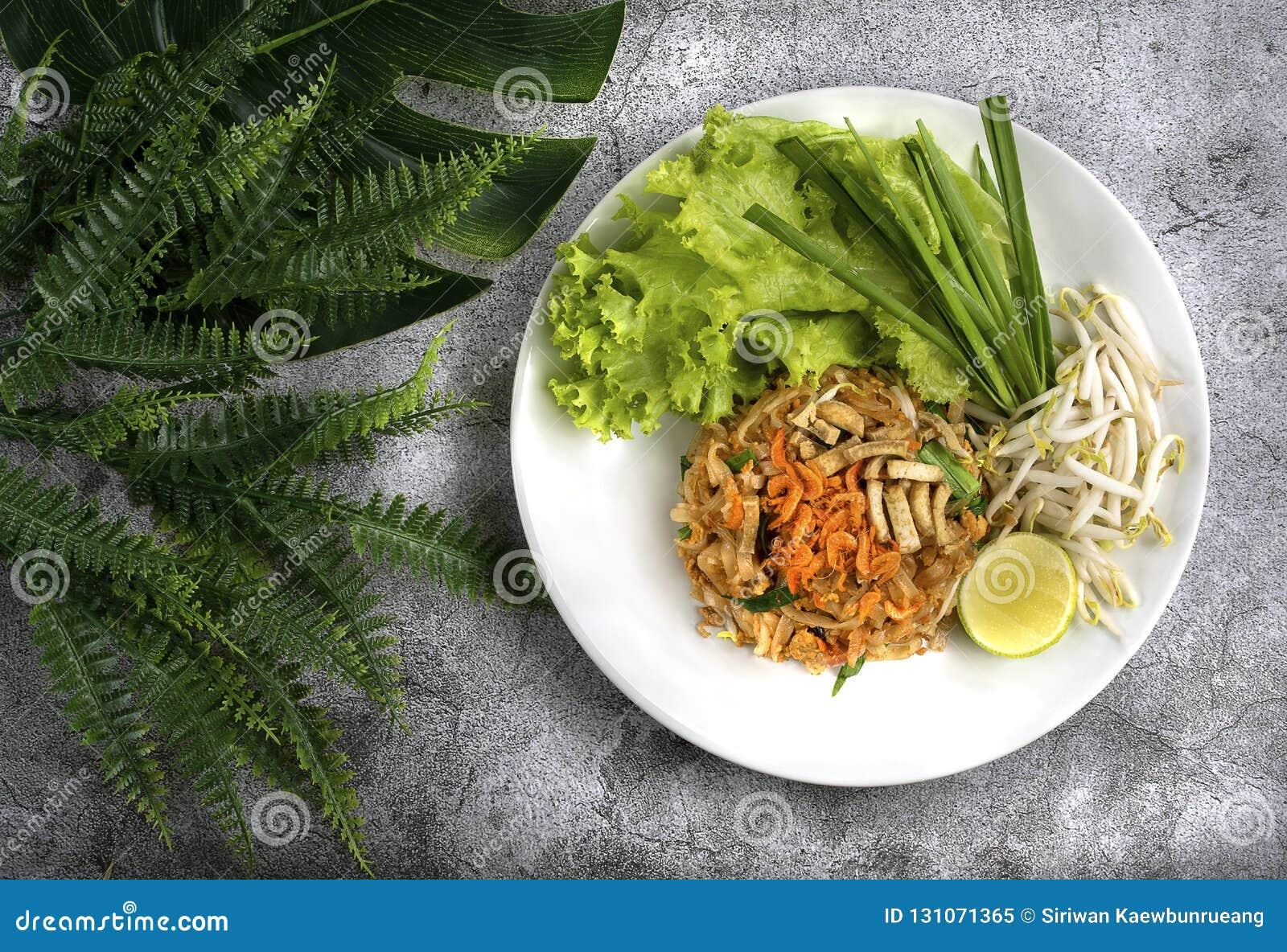 Capitonnez le thailandais, le plat thaïlandais fait de nouilles et les divers ingrédients, roucoulement
