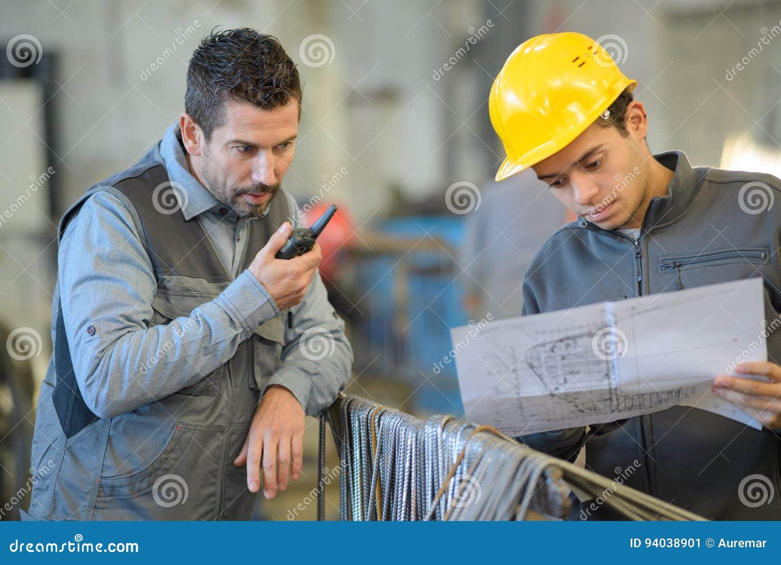 Caporeparto sul lavoro facendo uso del walkie-talkie
