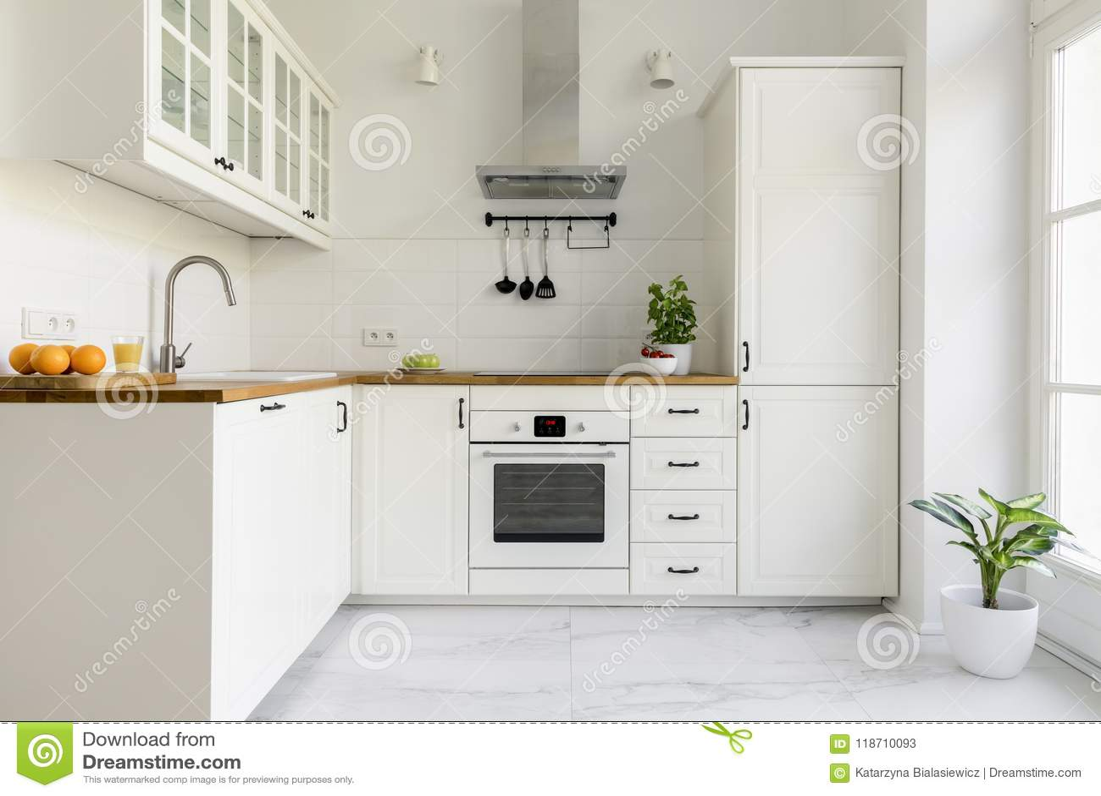 Capot De Cuiseur Argente Dans L Interieur Blanc Minimal De Cuisine