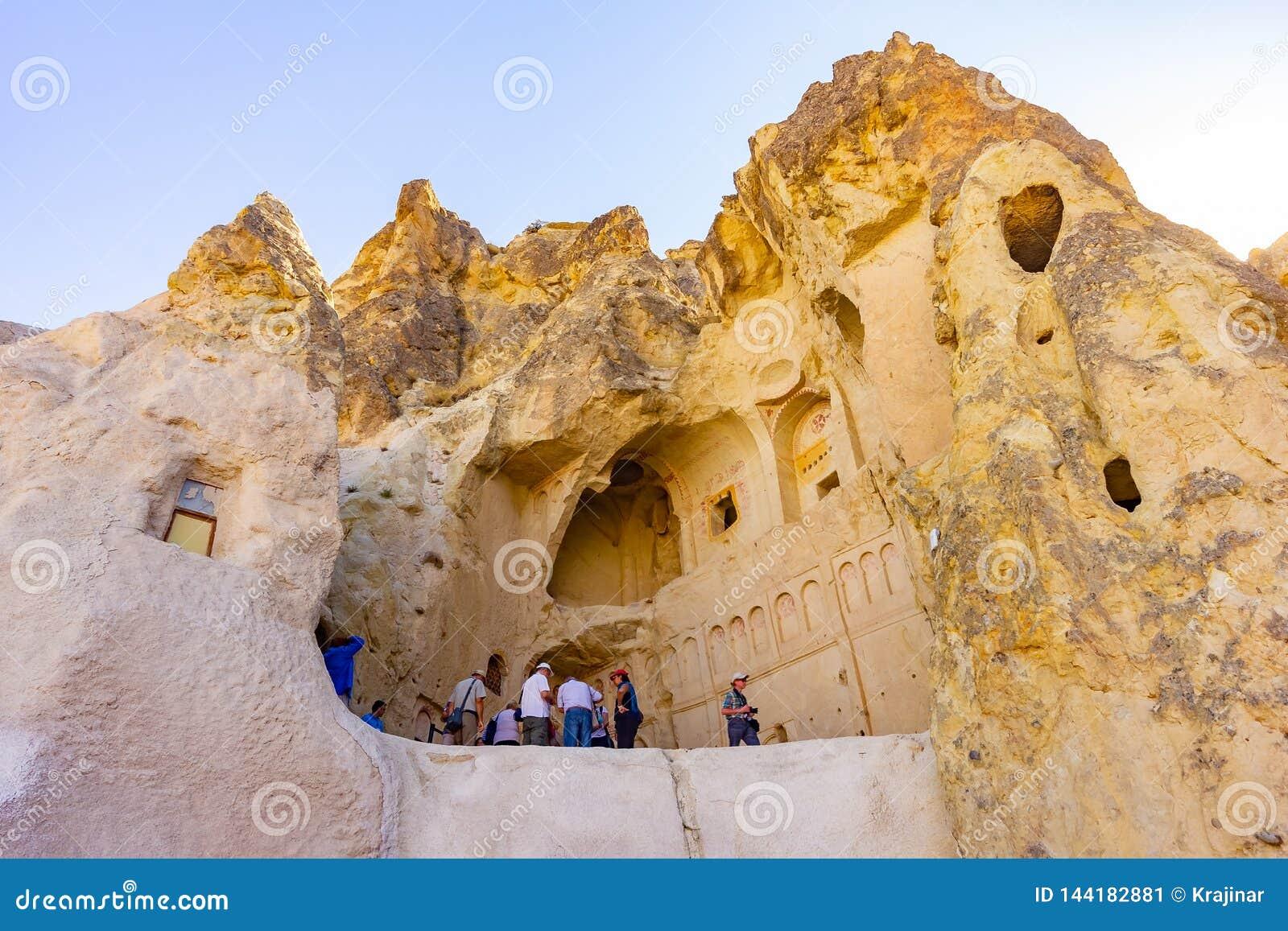 Cappadocia, Τουρκία, στις 13 Σεπτεμβρίου 2018: Τουρίστες που εξετάζουν την αρχαία εκκλησία, το μεγαλύτερο μοναστήρι βράχος-περικο