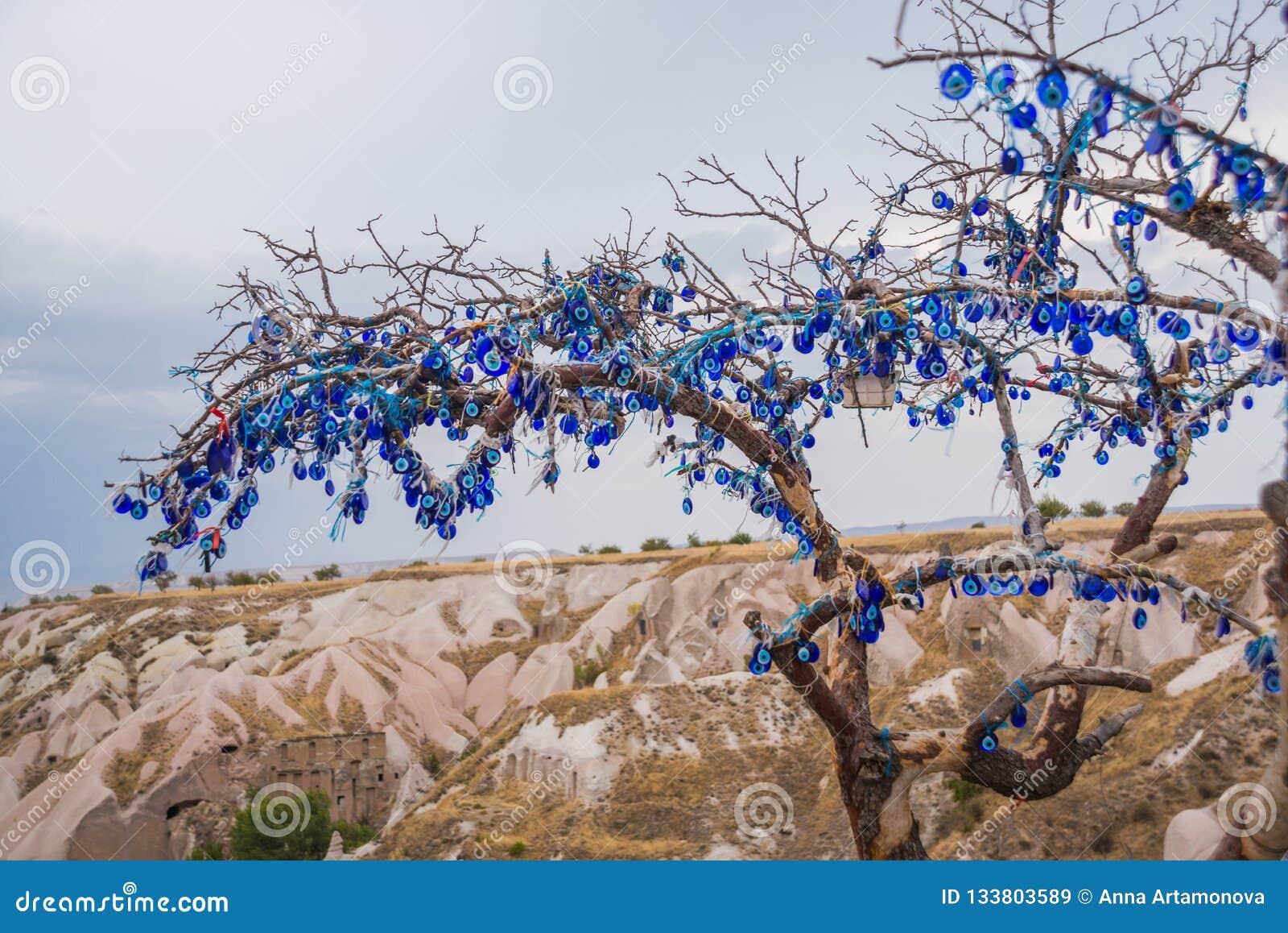 Cappadocia Turkiet Trädet som hänger Nazar amuletter, en sakkunnig, öga-formade objekt som skyddar mot det onda ögat