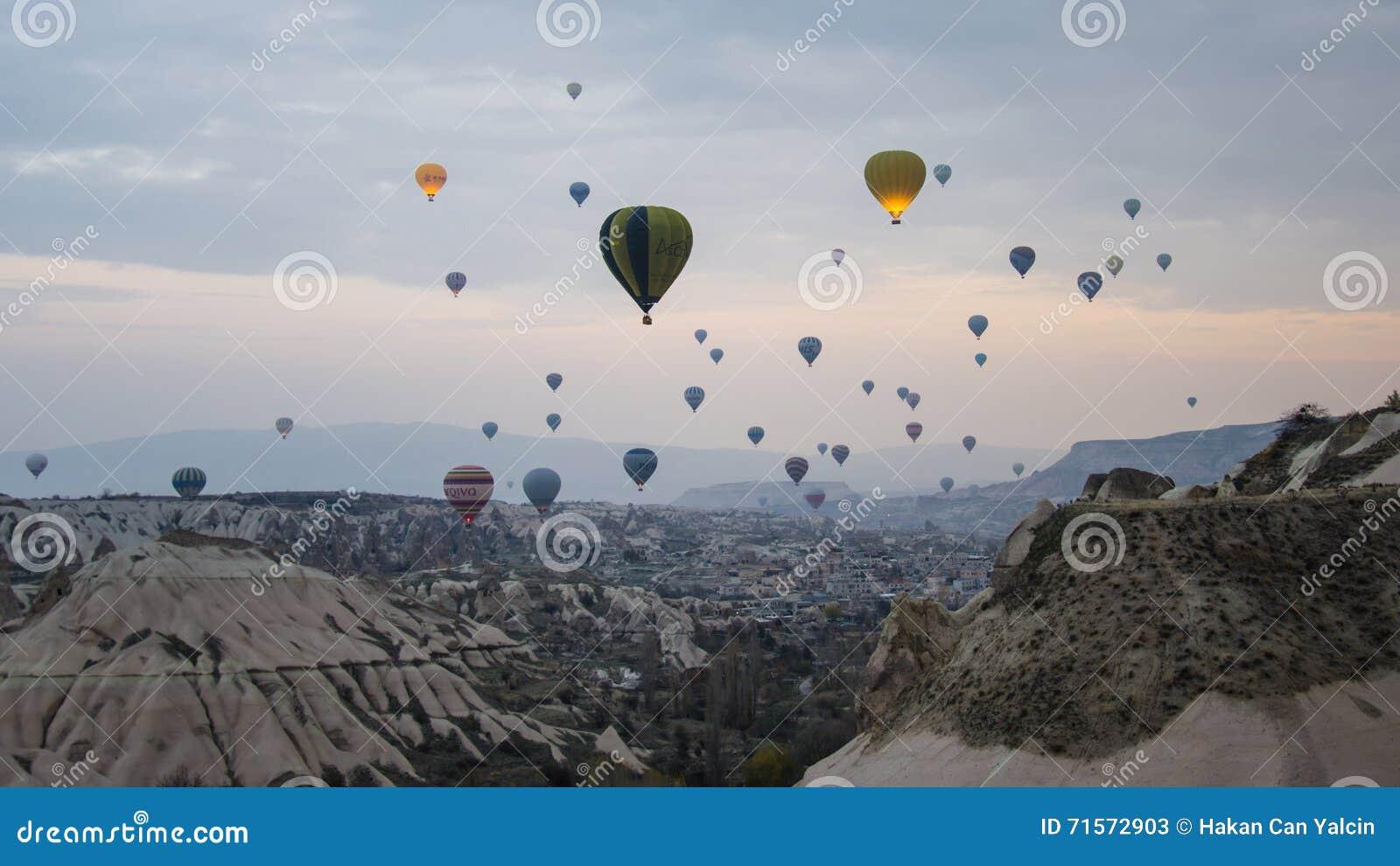 Cappadocia, Turkije - November 15, 2014: Hete lucht het ballooning in Cappadocia - Turkije