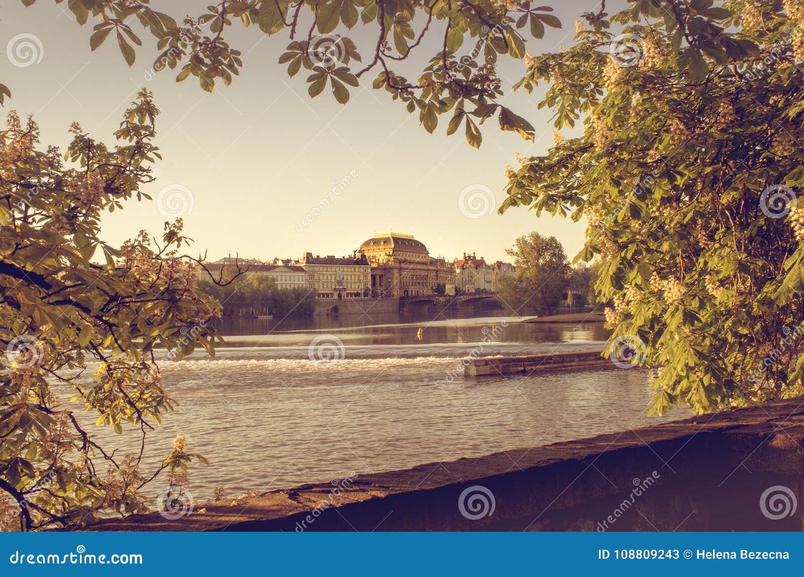 Cappella dorata sopra il fiume della Moldava